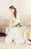 Noiva com as flores em seu boudoir Imagens de Stock