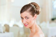 Noiva com cabelo swept-back imagem de stock
