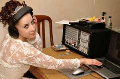 Noiva com console do misturador Fotografia de Stock