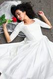Noiva com a flor na estrada Imagens de Stock Royalty Free