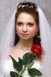 A noiva com levantou-se imagens de stock