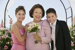 Noiva com mãe e irmão fora imagens de stock royalty free