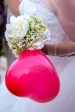 Noiva com o balão vermelho como o coração Fotografia de Stock