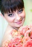 Noiva com o ramalhete de rosas vermelhas foto de stock royalty free
