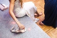 A noiva com os pés descalços em um banquete de casamento fotos de stock royalty free