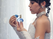Noiva com perfume Fotografia de Stock Royalty Free