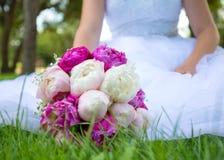 Noiva com um ramalhete do casamento fotografia de stock royalty free