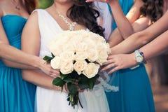 Noiva com um ramalhete e as damas de honra Fotos de Stock