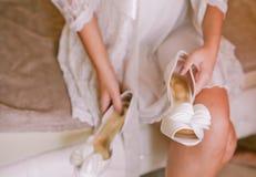 A noiva com um ramalhete vem sapatas foto de stock royalty free