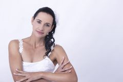 Noiva com um sorriso branco floral do vestido Fotografia de Stock