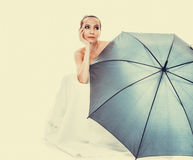 A noiva completa do comprimento no vestido de casamento guarda o guarda-chuva Foto de Stock