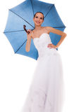 A noiva completa do comprimento no vestido de casamento guarda o guarda-chuva Fotos de Stock Royalty Free
