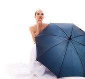 A noiva completa do comprimento no vestido de casamento guarda o guarda-chuva Fotos de Stock