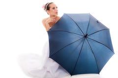 A noiva completa do comprimento no vestido de casamento guarda o guarda-chuva Imagens de Stock