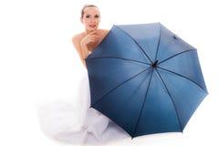 A noiva completa do comprimento no vestido de casamento guarda o guarda-chuva Foto de Stock Royalty Free