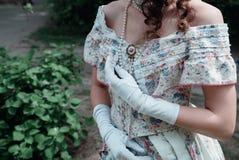 Noiva da menina em um vestido do vintage fotos de stock