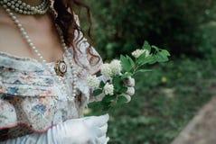 Noiva da menina que guarda uma flor fotos de stock
