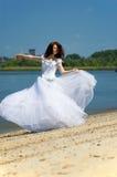 A noiva dança em uma praia Imagens de Stock