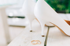 Noiva das alianças de casamento e das sapatas do casamento Imagens de Stock