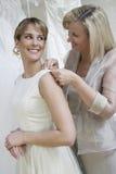 Noiva de ajuda da mãe com vestido de casamento foto de stock royalty free
