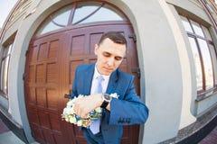 Noiva de espera do noivo Apenas casado Fim acima bridal Fotos de Stock Royalty Free