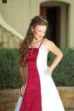 Noiva de sorriso bonita no vermelho imagens de stock royalty free