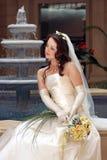 Noiva de sorriso no vestido branco foto de stock royalty free