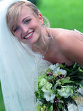 Noiva de sorriso no vestido de casamento branco imagens de stock