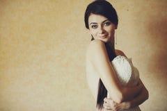 A noiva despida tenta um vestido de casamento Imagem de Stock Royalty Free