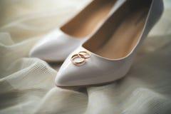 Noiva do branco da união do ramalhete das alianças de casamento fotos de stock royalty free