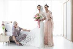 Noiva e bridesmaid foto de stock