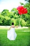 Noiva e campo verde Fotos de Stock Royalty Free
