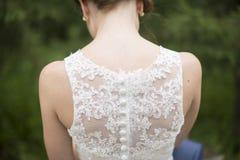 Noiva e detalhe do vestido de casamento Imagens de Stock