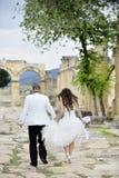 Noiva e noivo ao ar livre Fotografia de Stock Royalty Free