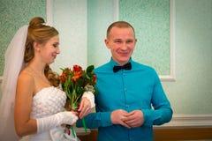 Noiva e noivo bonitos imagem de stock