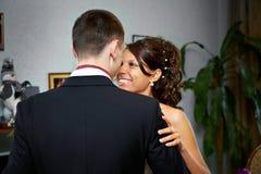 Noiva e noivo do abraço fotografia de stock royalty free