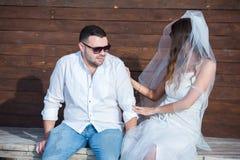 Noiva e noivo felizes Casal alegre Apenas casal abraçado Pares do casamento fotografia de stock