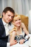 Noiva e noivo felizes do abraço fotos de stock royalty free