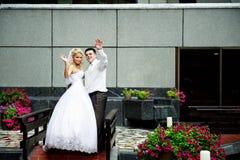 Noiva e noivo felizes em interiores bonitos do lu fotografia de stock