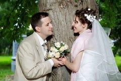 Noiva e noivo felizes na caminhada do casamento imagens de stock royalty free