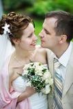 Noiva e noivo felizes na caminhada do casamento foto de stock