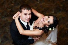Noiva e noivo felizes na dança fotografia de stock