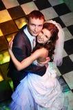 Noiva e noivo felizes no dia do casamento imagem de stock