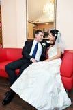 Noiva e noivo felizes no palácio luxuoso Imagem de Stock Royalty Free