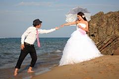 Noiva e noivo na praia fotos de stock