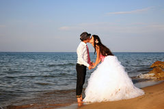 Noiva e noivo na praia imagens de stock