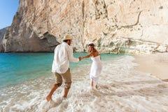 Noiva e noivo na praia fotos de stock royalty free
