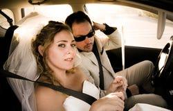 Noiva e noivo no carro Fotos de Stock Royalty Free