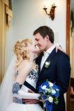 Noiva e noivo no interior imagens de stock