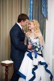 Noiva e noivo no interior fotos de stock